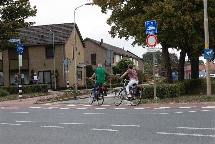 Fietsers uit de richting Herwen draaien de bussluis in.