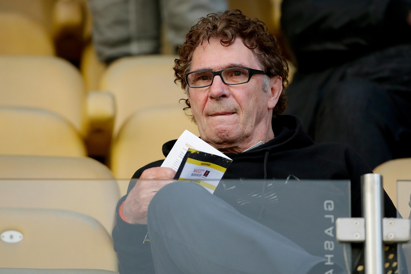 Willem van Hanegem op de tribune bij Roda JC - FC Den Bosch.