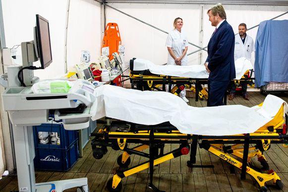 De Nederlandse koning Willem-Alexander bezoekt een ziekenhuis in Zwolle.