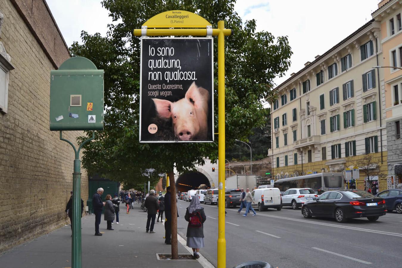 Er is vandaag een reclamebord verschenen in Rome, vlakbij het Sint-Pietersplein in Vaticaanstad, met daarop een varkensgezicht en de tekst 'Ik ben iemand, niet iets. Kies deze vastentijd voor vegan'. De campagne is door PETA gelanceerd om iedereen ertoe aan te zetten vegan te worden gedurende de vastentijd en zo dieren te helpen, het milieu te beschermen en gezond te worden.