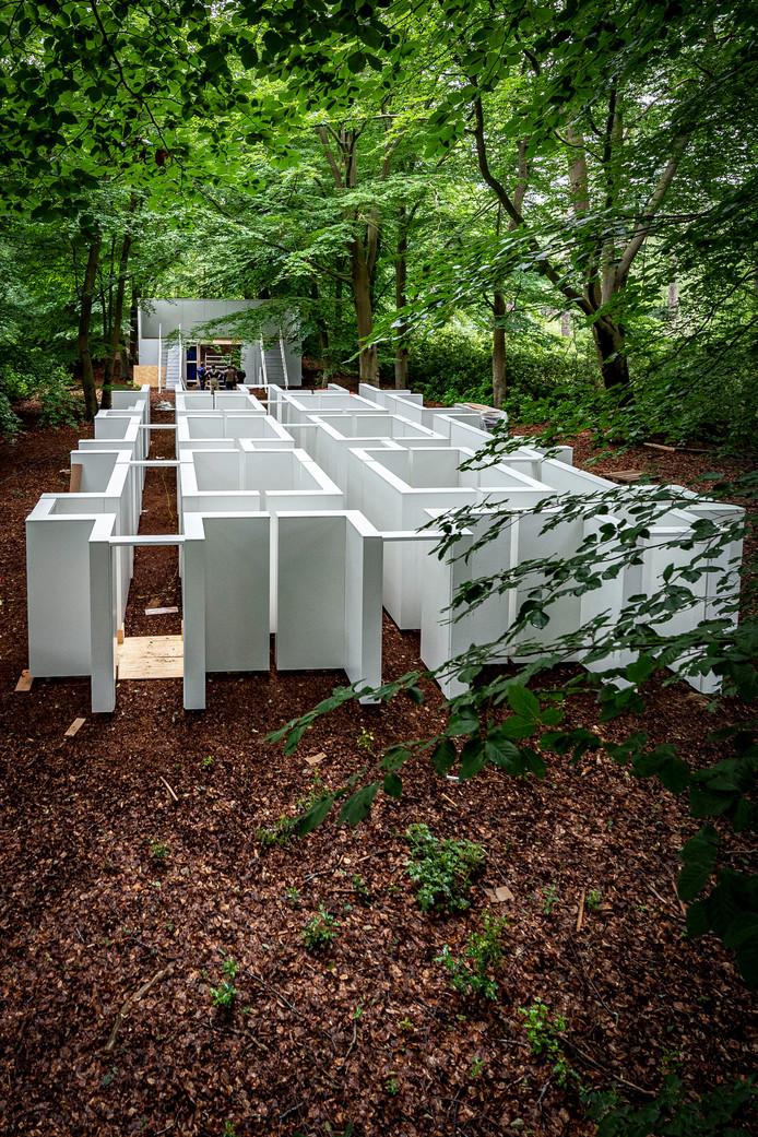 Het Dilemma Doolhof, dat is ingeklemd tussen de twee oorlogsbegraafplaatsen in Bergen op Zoom, nadert de voltooiing.