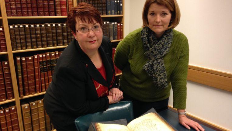 Onderzoekers Christina Lee (l) en Andrea Clarke met Bald's Leechbook, het oude manuscript met recepten. Beeld University of Nottingham