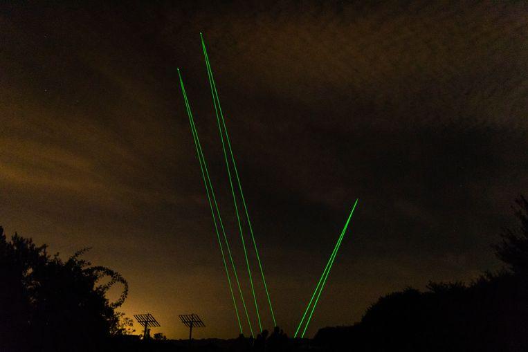 Met dubbele bundels laserlicht worden brokken ruimtepuin aangewezen (hier bij een repetitie op de Maasvlakte). Alle stukken afval groter dan 10 centimeter wegen bij elkaar 8 miljoen kilo.