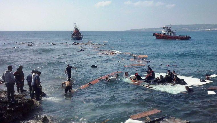 Een boot met tientallen vluchtelingen aan boord is vastgelopen voor de kust van het Griekse eiland Rhodos. Beeld epa