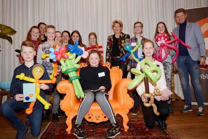 De deelnemers aan de voorleeswedstrijd met in het midden de trotse kampioen Julia Haarhuis van de Aloysiusschool uit Geesteren.