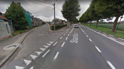 Gemeente zet bloembakken aan kruispunt op Elle zodat auto's verkeerslichten niet langer kunnen vermijden