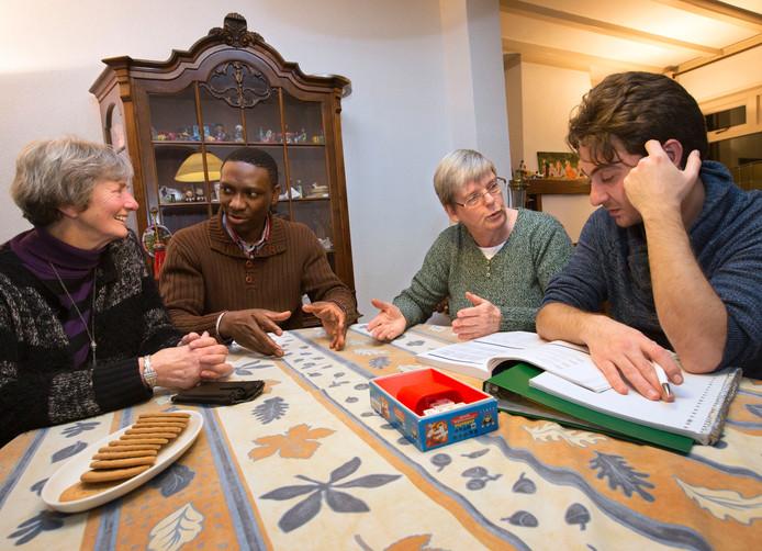 Van links naar rechts Ria Bekkers, Philip Oronsay, Annie Aarts en Mahmoud Almasri. Annie geeft als vrijwilligster taalles aan statushouders in Prinsenbeek, onder andere aan Mahmoud.