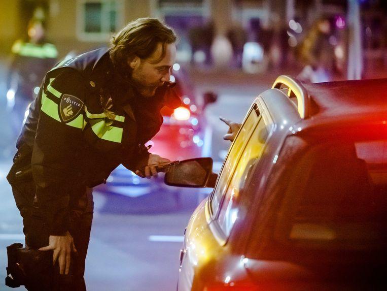 Een politieagent controleert automobilisten in Duindorp. Beeld ANP