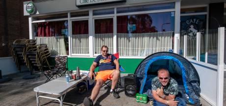 Marcel en Pierre slapen voor favoriete kroeg in Apeldoorn, zo zijn ze zeker van plek op terras: 'We snakken hiernaar'