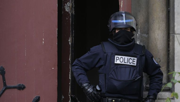 Een agent bij de politieactie in Saint-Denis vanmorgen Beeld afp