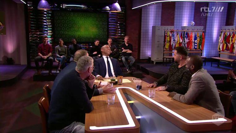 Humberto Tan lacht nadat John van den Brom over het jongensachtige enthousiasme van Frenkie de Jong had gezegd: 'Ja, maar het is ook een jongen.' Beeld VTBL/RTL7