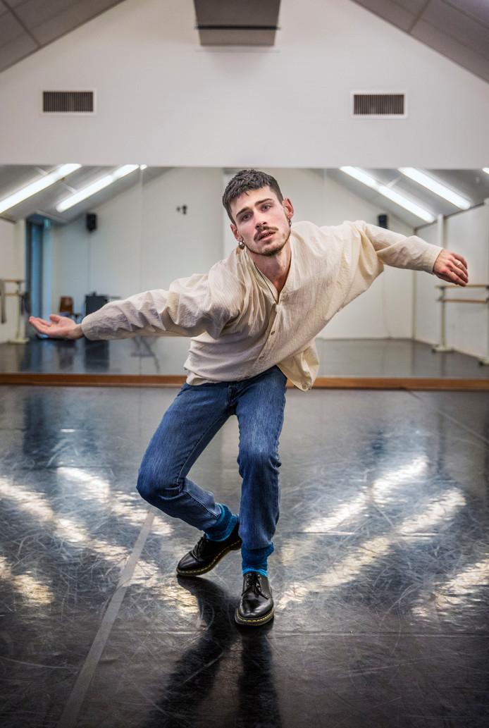 Antonin Rioche in de studio's van theater Korzo waar hij huischoreograaf is.