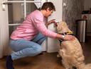 Marlies Akemann met haar hulphond Cilly die bij een epilepsie-aanval met zijn neus op de rode alarmknop drukt om hulp in te schakelen.