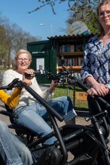 Dankzij boekenverkoop én vele donaties heeft Leonie (9) uit Balkbrug een splinternieuwe aangepaste fiets