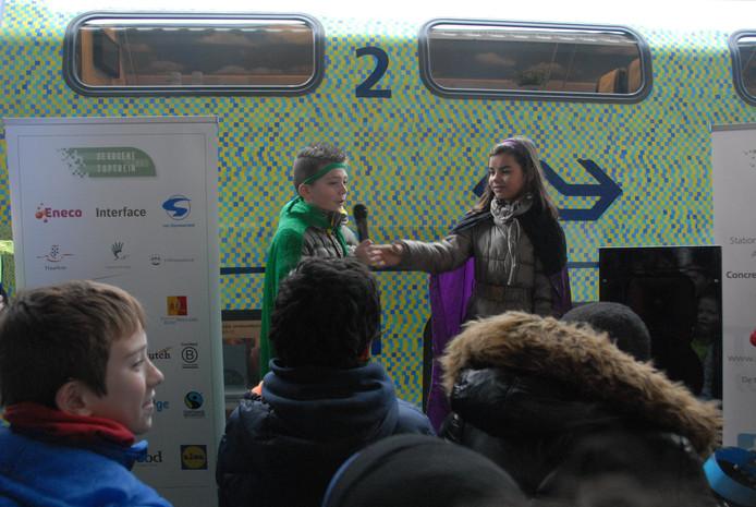 Jeffrey Haarmann en Sofia Nijholt voerden eerder op de dag op het station van Den Bosch een toneelstukje op, waarbij de aandacht voor het milieu centraal stond.