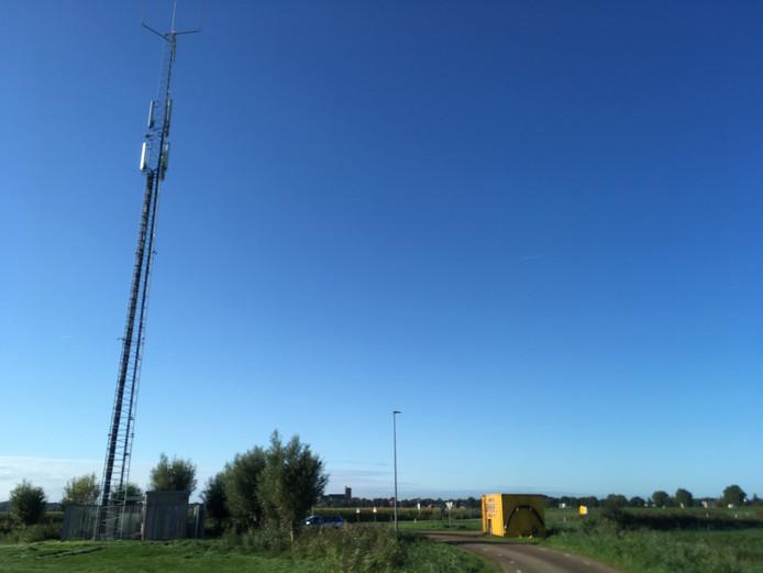 Een vergelijkbare antennemast aan de Oostelijke Rondweg in Elburg, met de Vesting op de achtergrond.