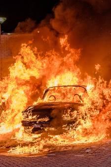 Vrouw steekt auto in brand aan Palestrinastraat Tilburg
