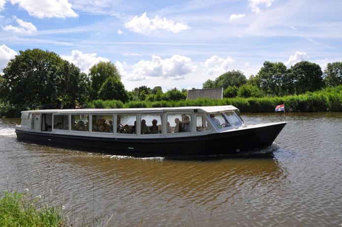 De nieuwe boot wordt er een met overkapping, zoals deze in Vlaardingen, en kan het hele jaar door varen en langere tochten maken.