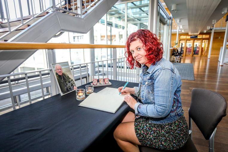 """Nele Bouquillon (38) ondertekent het rouwregister. """"Ik heb ooit samen met Walter een 'rad van fortuin' gepresenteerd op de verwendag van de bibliotheek."""""""
