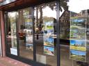 In de etalage van Christie's International Real Estate worden peperdure woningen aangeprezen.