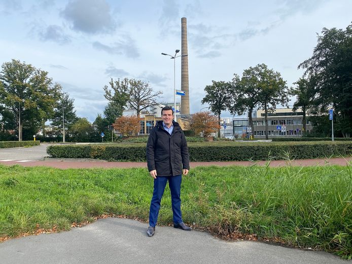 """SGP-fractievoorzitter Harm Jan Polinder illustreert hoe hoog de toren van de melkfabriek al is met dertig meter. ,,En dan moet je je voorstellen dat windmolens nog eens tien keer hoger zijn."""""""