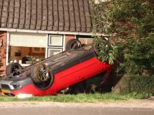 Auto slaat over de kop bij Hellendoorn en crasht tegen woning