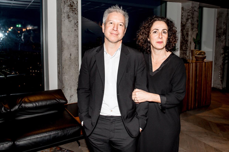 Femke Halsema met partner Robert Oey tijdens een boekpresentatie.