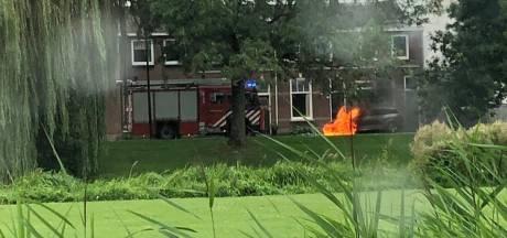 Auto vliegt in brand naast woning in Culemborg