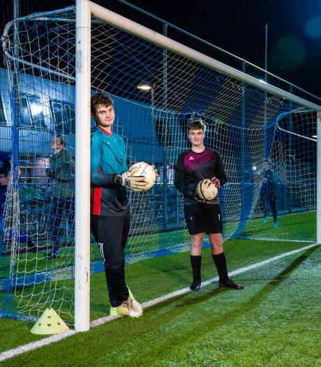 Als avondklok er is, worden trainingen verplaatst: 'Het is zo fijn om gewoon te voetballen en elkaar echt te zien'