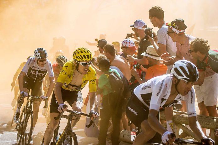 Bernal Gomez, Gerant Thomas, Christopher Froome, Nairo Quintana, Primoz Roglic en Tom Dumoulin passeren de wielerfans in de Hollandse bocht tijdens de etappe op de Alpe d'Huez in de Tour van 2018.