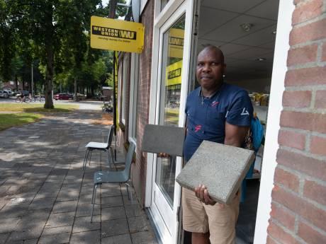 Onrust in Emmeloordse straat; meerdere inbraken en verplichte winkelsluiting na aantreffen kogelgat: 'Dit is niet normaal'