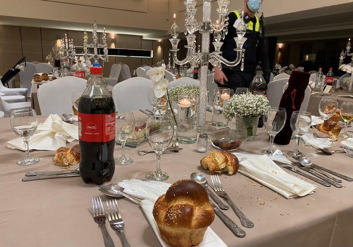 De la nourriture et des boissons ont été retrouvés sur les tables dressées.