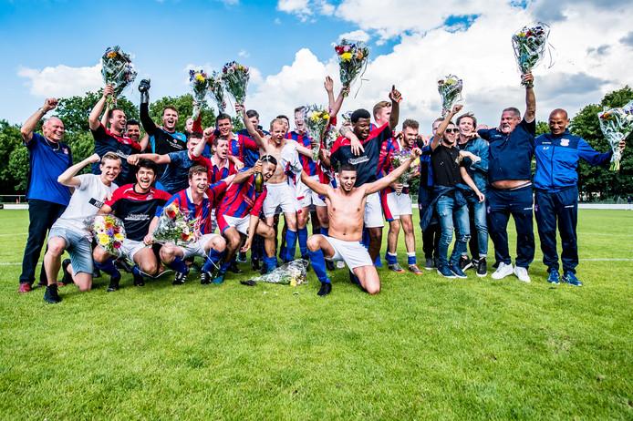 Feest bij EMMA, de club uit Dordrecht promoveert naar de derde klasse ten koste van WDS'19.