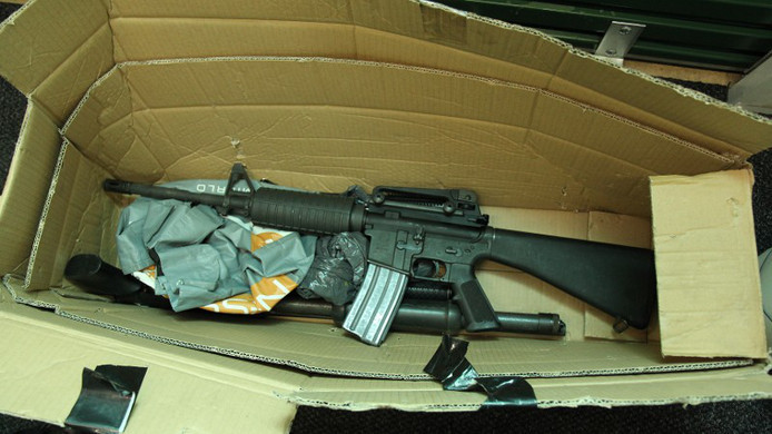 Een van de gevonden mitrailleurs. In een opslagbox lagen drie machinegeweren en zes pistolen