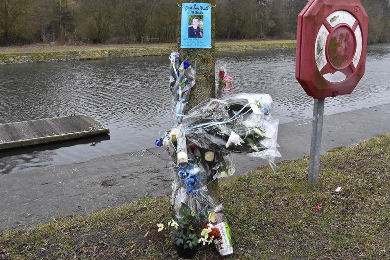 Op de plaats waar het lichaam van de Portugees gevonden werd aan de Sluizenkaai liggen veel bloemen. Familie en vrienden houden er halt om te rouwen.