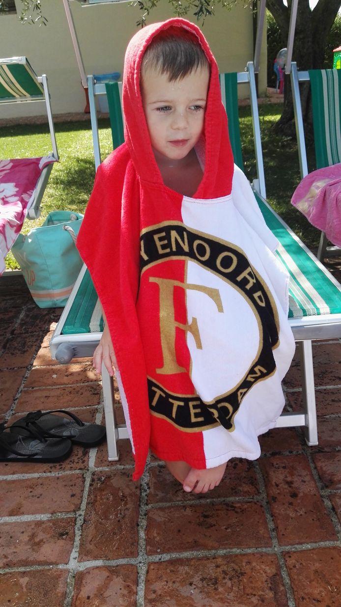 De Barendrechtse Joris Barendregt (3 jaar) zit heerlijk bij te komen in zijn Feyenoordponcho aan het zwembad in Umbrië, Italië. Volgens zijn ouders Marleen en Joris Barendregt, is hij iedereen op het vakantieadres Hand in hand aan het leren.