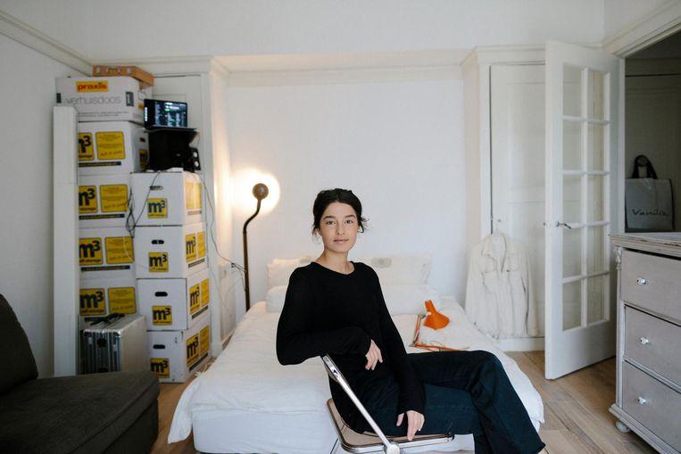 Nurcan T. (27) in haar eenkamerwoning. 'Mijn vriend woont hier om de hoek, maar het is ook fijn om een eigen plek te hebben.' Beeld Marc Driessen
