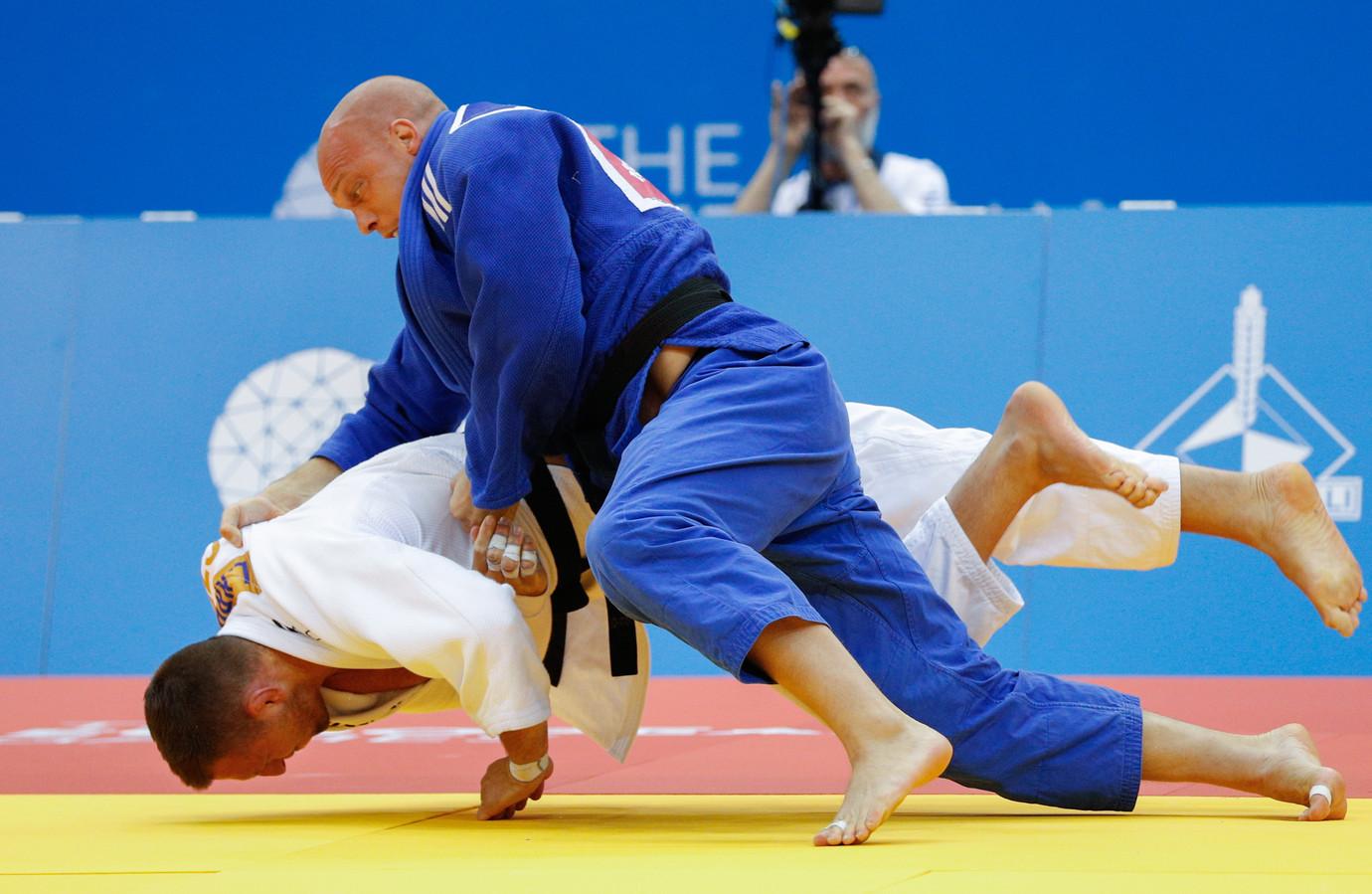 Henk Grol (blauw) in actie.