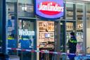 De politie doet onderzoek na de overval op de Jan Linders-supermarkt in Lent (Nijmegen).