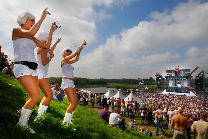 Bezoekers gaan uit hun dak op het Mysteryland festival.