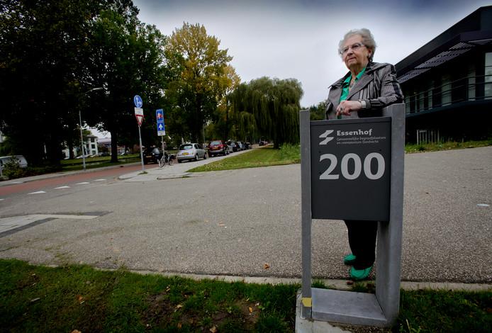 Jannie Bozuwa zwengelde de discussie over een buslijn naar de begraafplaats aan de Nassauweg in oktober 2015 aan.