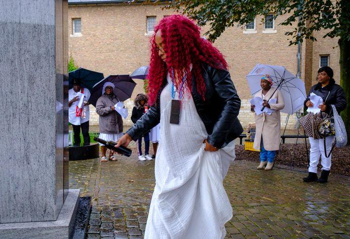 Angelique Duijndam brengt een plengoffer bij het slavernijmonument op de Balans in Middelburg.