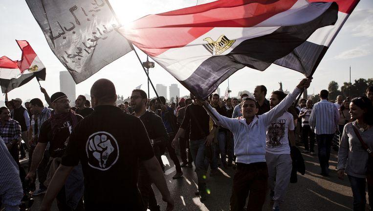 Demonstranten gaan richting het Tahrirplein in Caïro om te presenteren tegen president Morsi. Beeld getty