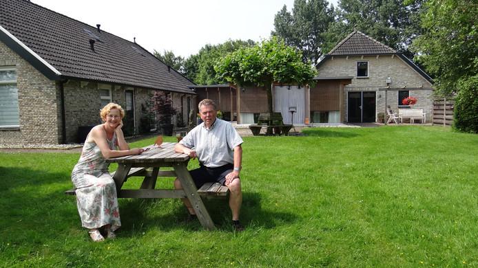 De bed & breakfast van Lucia Weerstand en Jim de Boer in Friesland heeft veel ruimte om het huis. Vanuit de tuin kijk je uit op een natuurgebied.