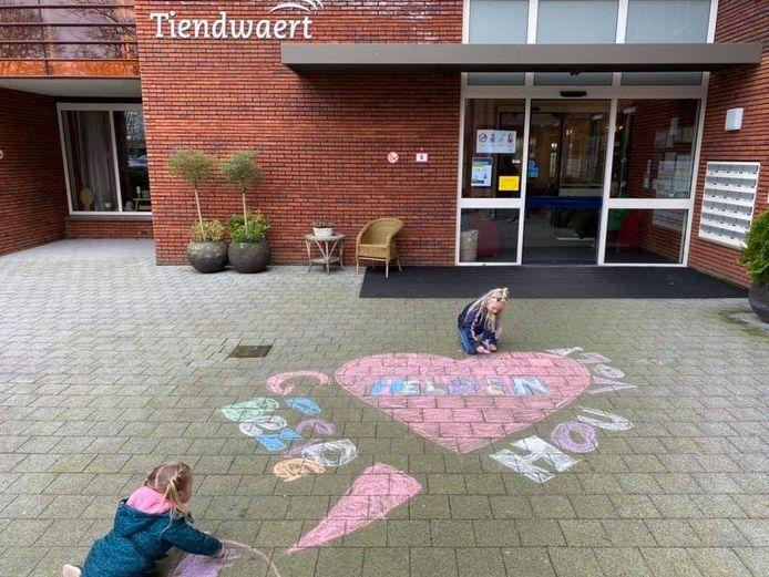 Dit kunstwerk is gemaakt door twee meiden bij verpleeghuis Tiendwaert in Hardinxveld.