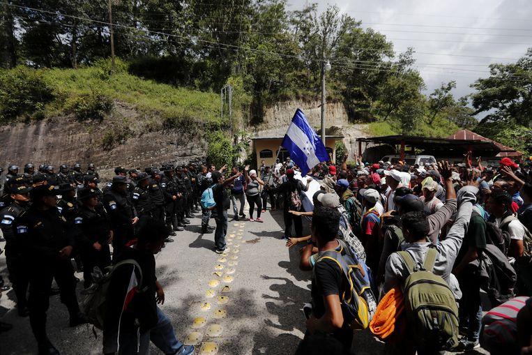 De migranten werden enkele uren tegengehouden aan de grens van Honduras met Guatemala. De reizigers weigerden zich terug te trekken en mochten uiteindelijk zonder incidenten passeren.