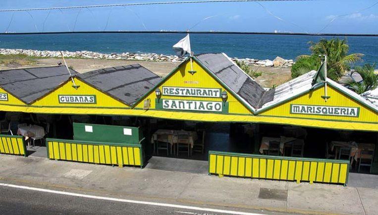 Het hotel met zijn restaurant en bar ligt vlak naast de zee.