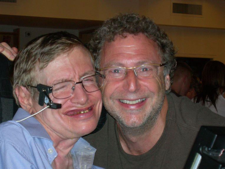 Leonard Mlodinow (rechts) met Stephen Hawking.  Beeld -