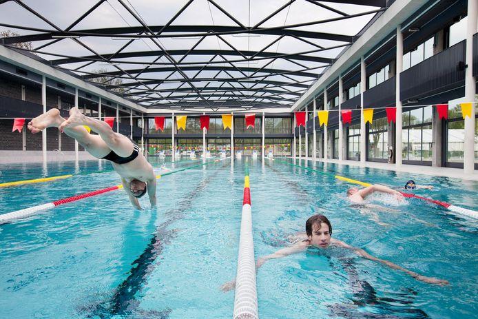 Het open dak van zwembad De Krommerijn in het zomerseizoen.