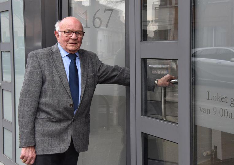 Bert Van Beurden (90) begint aan zijn werkdag bij de gerechtsdeurwaarder.